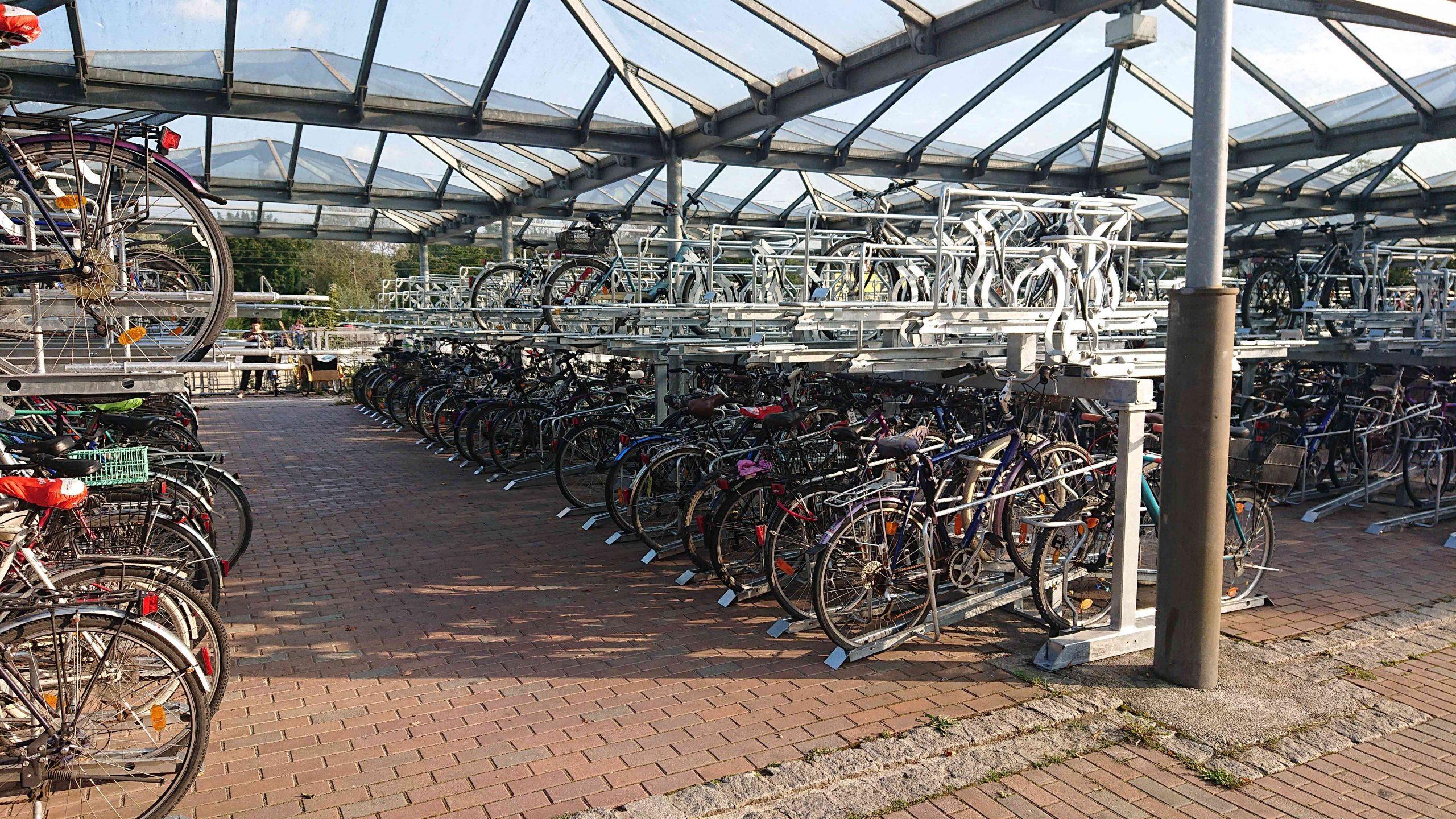 Fahrradständer am Bahnhof