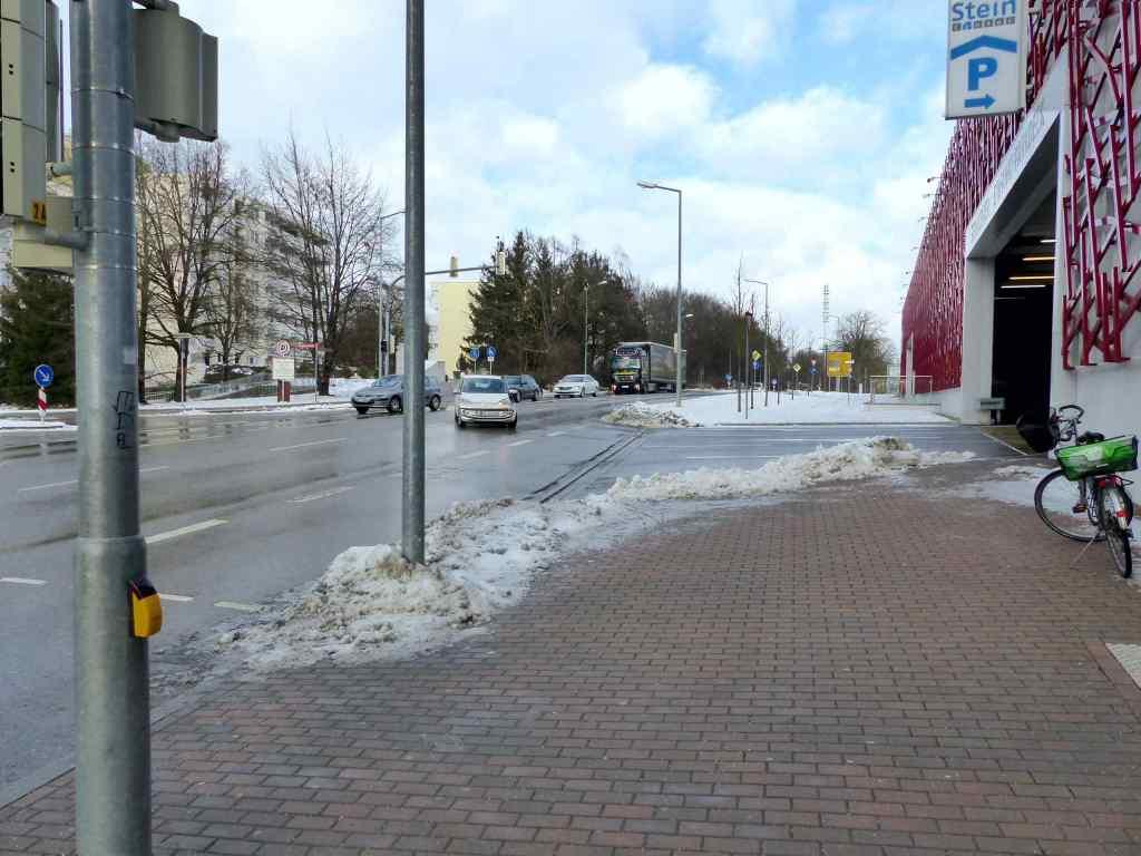 Mainburger Berg ... Ende der Fahrradspur am Stein-Parkhaus