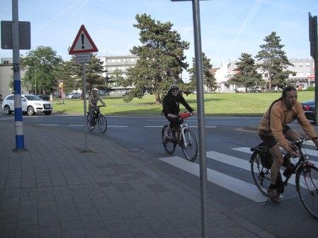 ...Radfahrer absteigen, auf dem Bürgersteig darf gefahren werden, über den Zebrastreifen muss man sein Rad schieben