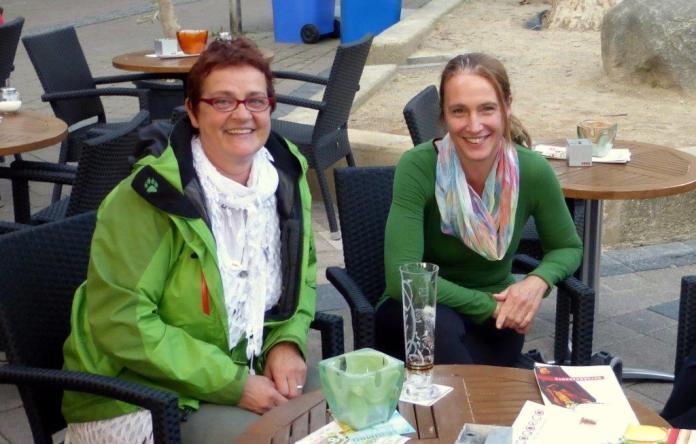 im Anschluss an die 7. Critical Mass Düren fand der Radlerstammtisch am Markt statt. Die RadfahrerInnen freuten sich, dass sich die 1.stellvertretende Landrätin, Astrid Hohn, extra Zeit dafür genommen hatte.
