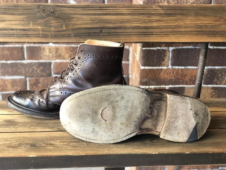 レザーソール靴底に穴が開いてしまっているトリッカーズのカントリーブーツ