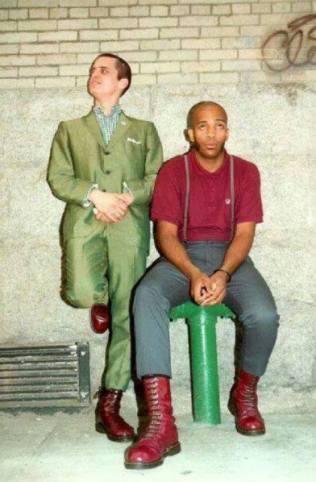 Снимка на Маркус и Рико пред клуб в Ню Йорк, където се провежда концерт на Bad Manners