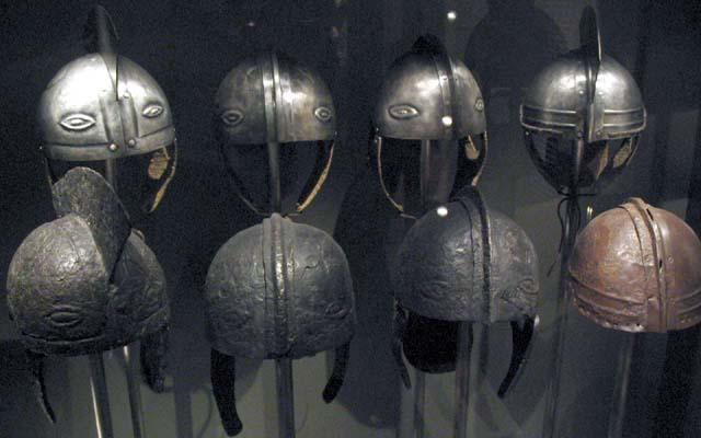 Elmetti romani del IV secolo di truppe di stanza sul Danubio, in Ungheria. Nella prima fila ci sono gli originali, nella seconda le copie contemporanee; è possibile notare il punto di fusione del metallo, e l'altissimo grado di standardizzazione della lavorazione del prodotto.