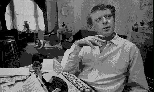 Anthony Burgess alla macchina da scrivere