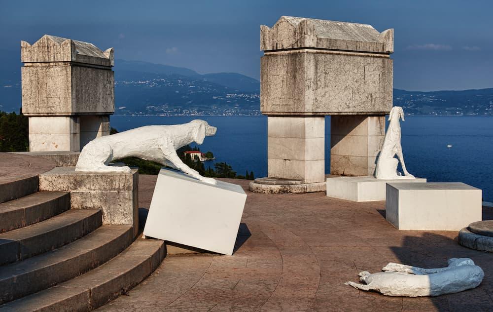 https://commons.wikimedia.org/wiki/File:Mausoleo_e_tomba_di_Gabriele_d%27Annunzio_(Vittoriale_degli_italiani).jpg