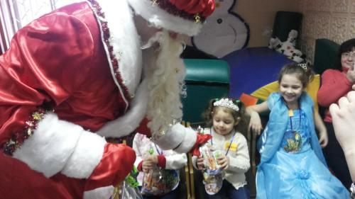 Волонтеры подарили детям новогоднюю сказку
