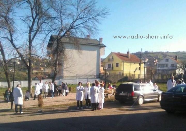 Mjekët e Dragashit protestojnë – Kërkojnë kushte më të mira!