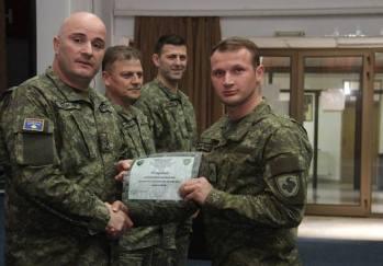 Gjenerali Enver Cikaqi ndau certifikatat për ushtarët më të mirë!