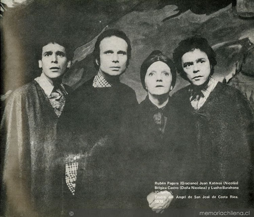 """Representación de """"La remolienda"""". Costa Rica, 1978. En la fotografía Rubén Pagurra,, Juan Katevas, Bélgica Castro y Luis Barahona. Imagen: Memoria Chilena."""