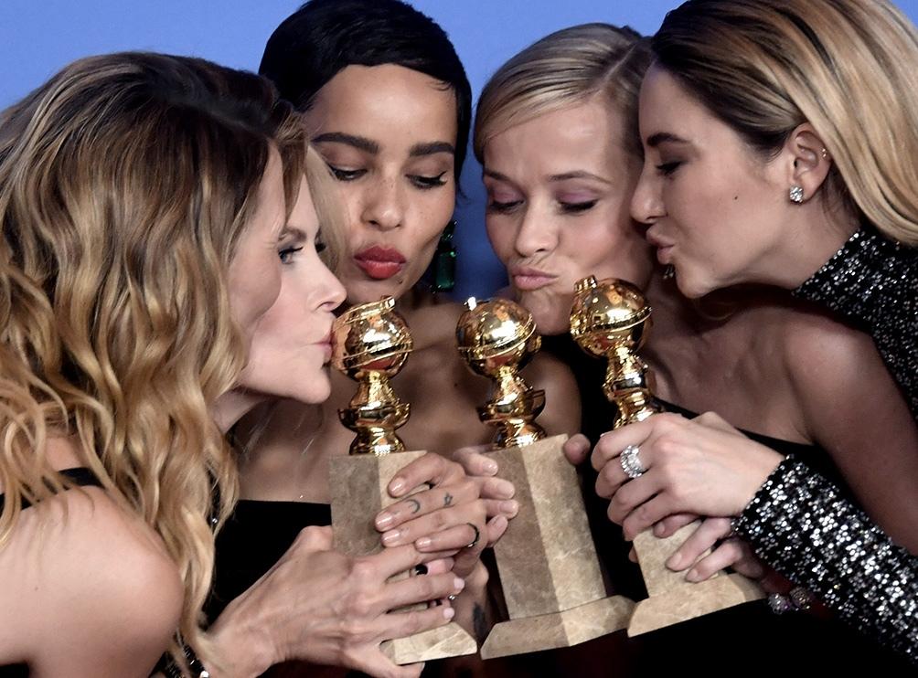 """Reese Witherspoon (segunda desde la derecha) con el elenco de """"Big Little Lies"""" al recibir los Globo de Oro."""