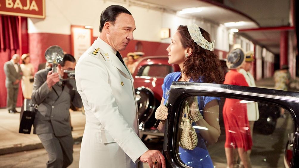 Perón -Grandinetti- y Eva Duarte -Oreiro- y su primer vijaje en auto desde el Luna Park