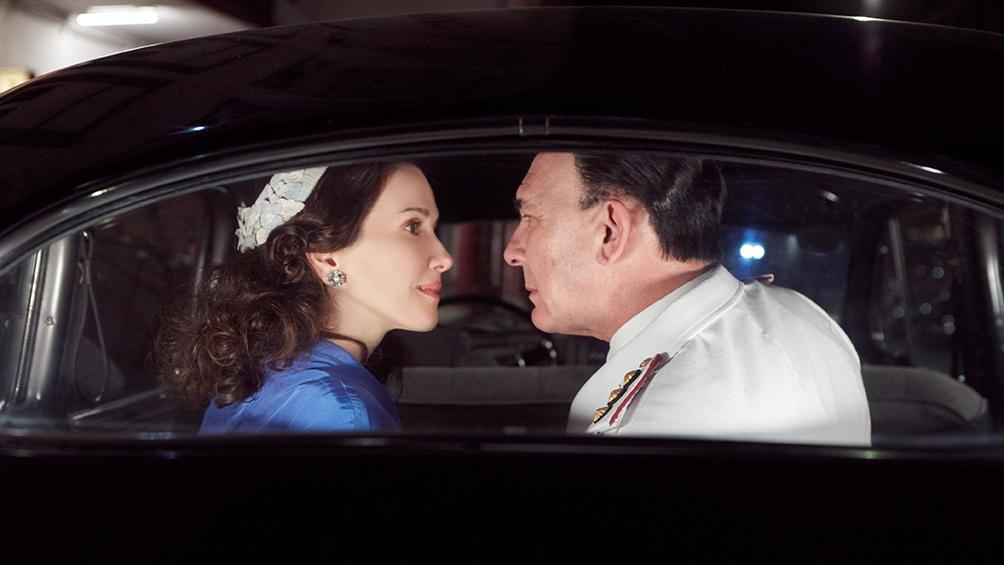 El primer beso del entonces Secretario de Trabajo y Previsión de la Nación, y la actriz Eva Duarte