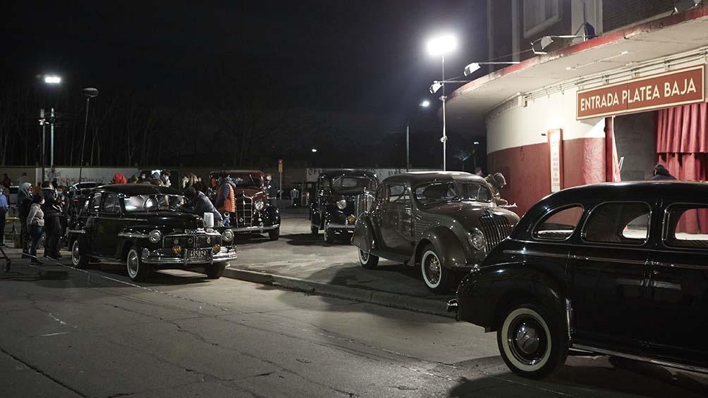 Los autos de la década del 40 en una cuidadosa reconstrucción escenográfica
