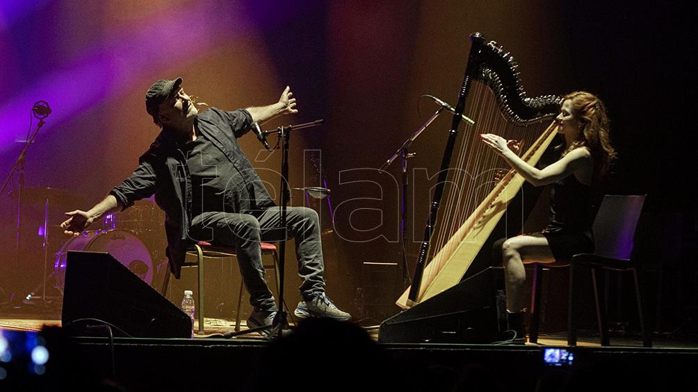 """Al promediar el concierto, Daffunchio y Sonia Álvarez interpretaron una versión de arpa y voz de """"Víctimas del cielo"""". Foto: Lara Sartor."""