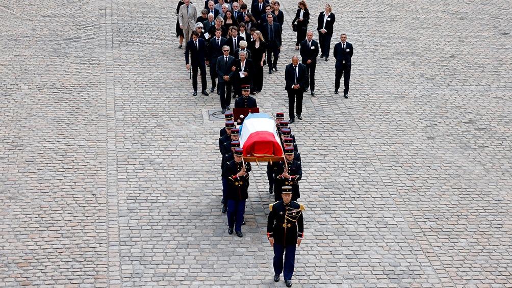 La despedida al actor, con un féretro envuelto en la bandera francesa. Foto: AFP.