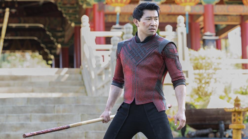 Sim Liu como el joven entrenado en artes marciales valet en un hotel de San Francisco.
