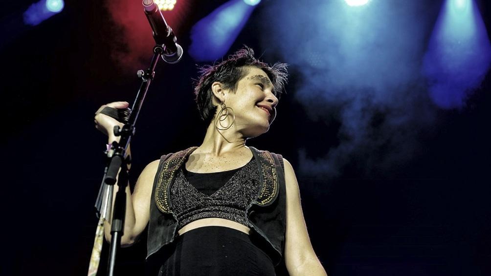 Vicky Cornejo, cantante y acordeonista de la agrupación que se abre paso internacional con su mixtura de música balcánica con ritmos latinos.