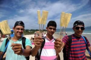 Consumo de alimentos na beira da praia exige cuida...
