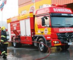 BOMBEIROS ATENDEM INCÊNDIO EM VEÍCULOS NO BAIRRO D...