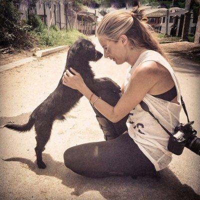 En Cajicá denunciaron a la actriz Jimena Hoyos por los dispensadores de alimento para perros instalados