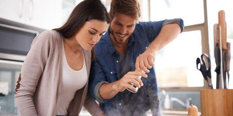 Las mujeres aman a los hombres que cocinan y lavan platos-amor
