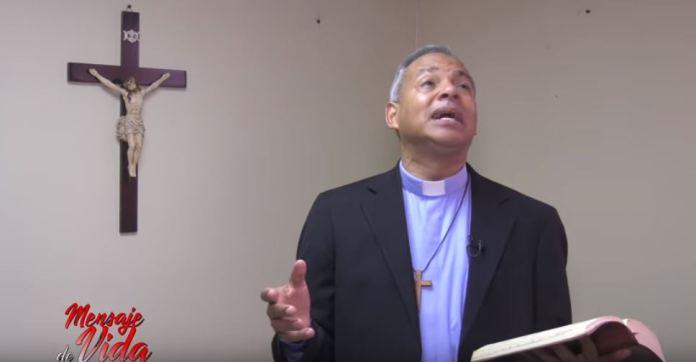 Padre Chelo con el Mensaje de Vida