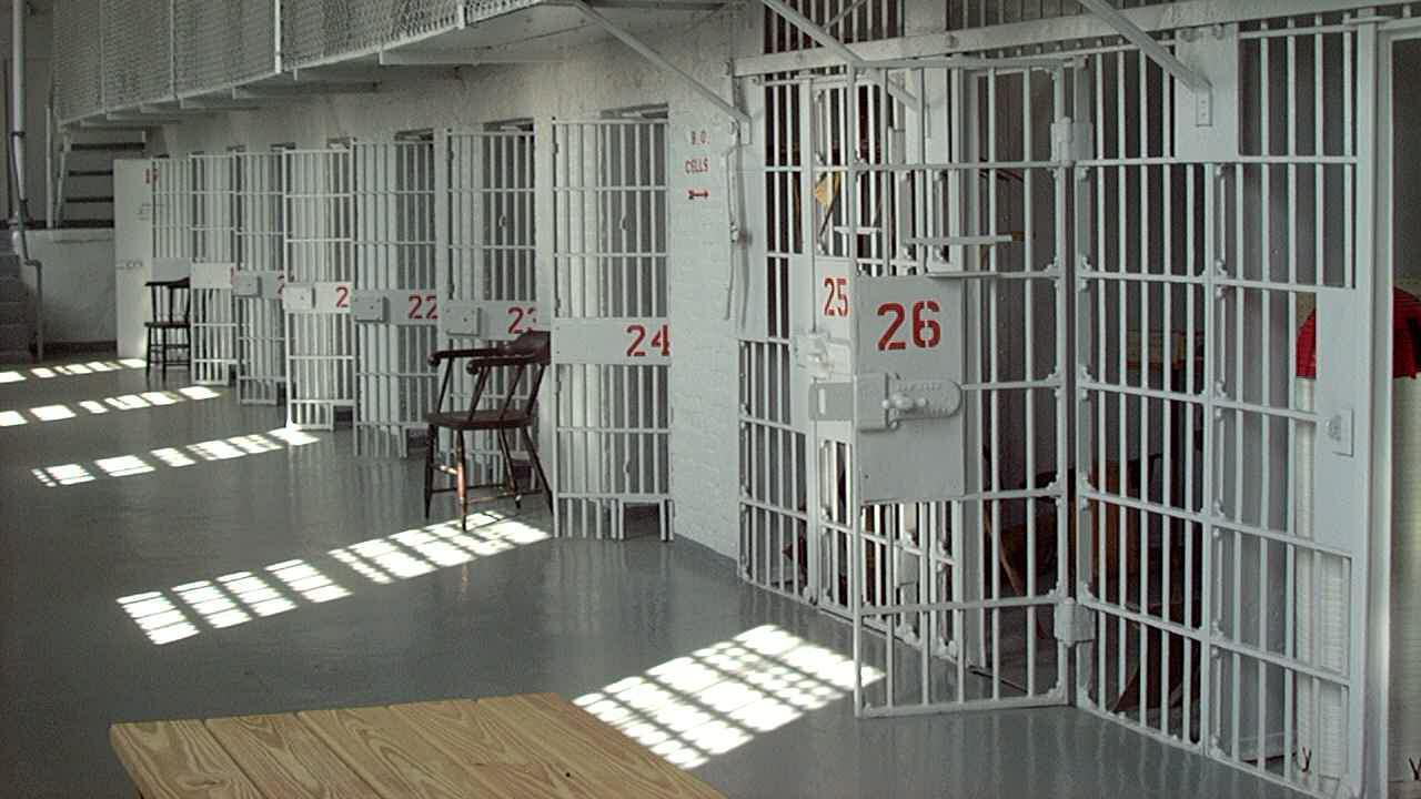 Cum pot primi salariaţii din penitenciare o majorare salarială de 75% când şcolile sunt închise sau cursurile fizice sunt limitate
