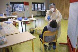 Elevii care prezintă simptome COVID pot fi testați în timpul orelor