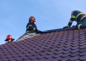 S-au trezit cu acoperișul arzând