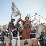 Des combattants talibans vus à l'arrière d'un véhicule à Kaboul, en Afghanistan