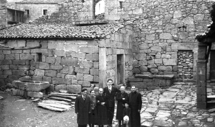 Tío cura, dueño de Telefunken Panchito en Cambeo, Orense 1953 . Radioexperto.com