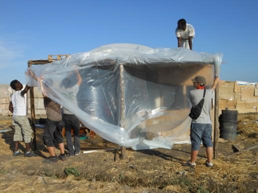 Il telone di plastica per la pioggia. 2013