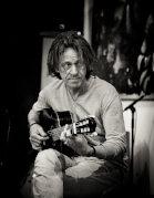 """""""Under My Strings"""" Porträt des Gitarristen Dominic Miller mit Karl Lippegaus"""