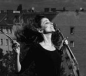 """""""Das vielseitige klangliche Leben der Saiteninstrumente"""" Neue Projekte von StreicherInnen, GitarristInnen und PianistInnen"""