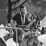 """""""Wie Musik die Mauern in den Köpfen sprengte"""" Jazz in der DDR auf dem Hürdenlauf zum freien Spiel Von Bert Noglik"""