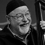 """""""Der Bass ist die Basis"""" Henri Texiers Bandprojekte von Hans-Jürgen Schaal"""