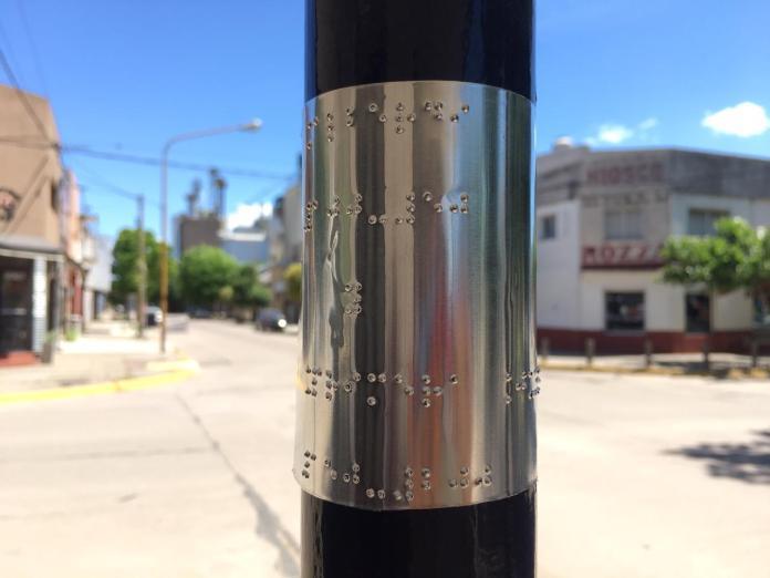 Señalizan las calles en sistema Braille