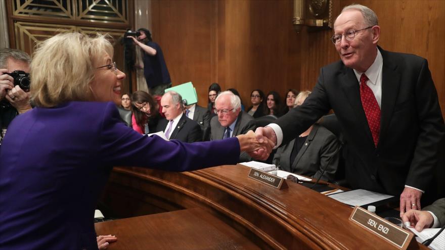 Secretaria de Educación de Trump donó a senadores que la apoyaron - betsy