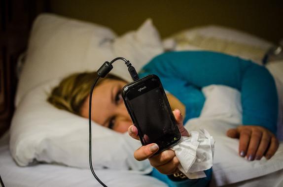 El uso del móvil es problemático cuando impide actividades como dormir. / m01229