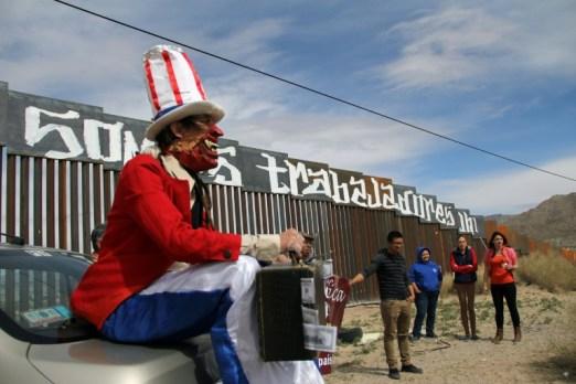 Activistas protestan contra el proyecto de Donald Trump de construir un muro en toda la frontera entre EEUU y México en la frontera entre Ciudad Juárez y Nuevo México el 26 de febrero de 2017 AFP/Archivos / Herika Martínez