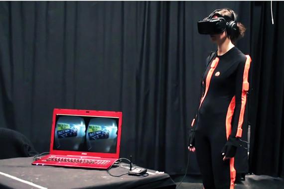 Provistas de unas gafas y un traje de realidad virtual, las participantes encarnaban el avatar asignado y debían interactuar con otra mujer virtual generada por el programa. / Eventlab - Universidad de Barcelona