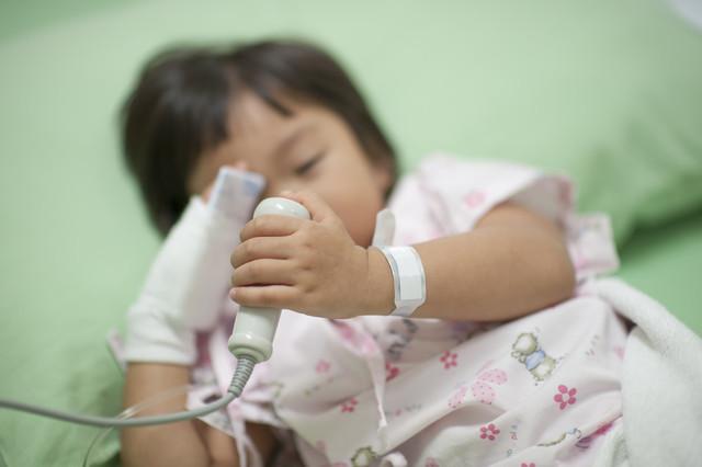 Niña recibe tratamiento contra el cáncer. / Fotolia