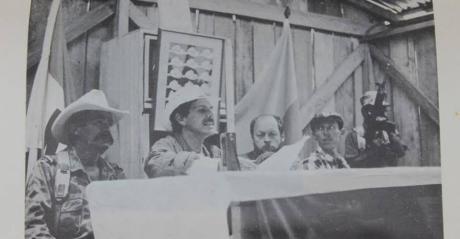 Marco Antonio Chalita; Carlos Pizarro; Germán Rojas y Antonio Navarro Wolf en una plenaria del M-19. Foto tomada del libro El heavy metal latinoamericano del corresponsal de guerra libanés Ángel Becassino.