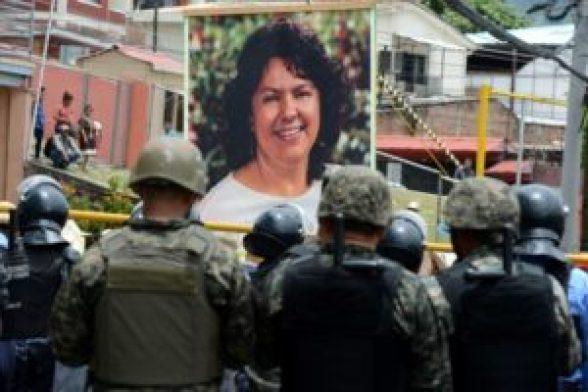 Diputados hondureños protestan por el asesinato de ambientalista en 2016 - 6f28b6511e5aae58762b04c084707869184c1694-300x200