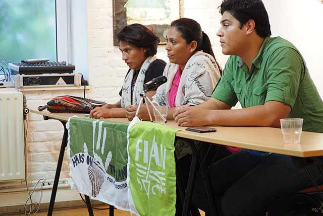 La delegación hondureña: a la izquierda, Marlon David Ochoa Martínez (FIAN Honduras), al centro, Irma Lemuz Amaya (Observatorio Permanente de Derechos Humanos del Aguán, OPDHA) y a la derecha, José Gaspar Sánchez Acosta (Consejo Cívico de Organizaciones Populares e Indígenas de Honduras, COPINH)