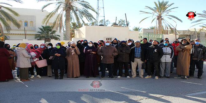 احتجاج الناجحين في مناظرة شركة البيئة و البستنة من امام مقر ولاية قبلي (صور).