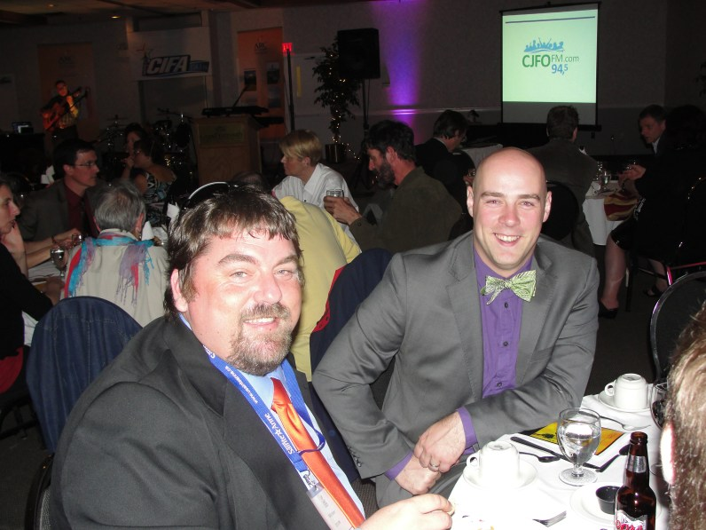 Billy Joyce (Radio Richmond) et Martin Théberge (membre du C.A. du Fonds canadien de la radio communautaire) assis à la table de l'Atlantique.