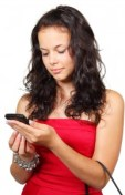 Belle jeune femme avec un smartphone