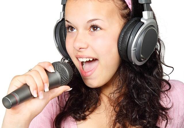 Jeune femme au micro