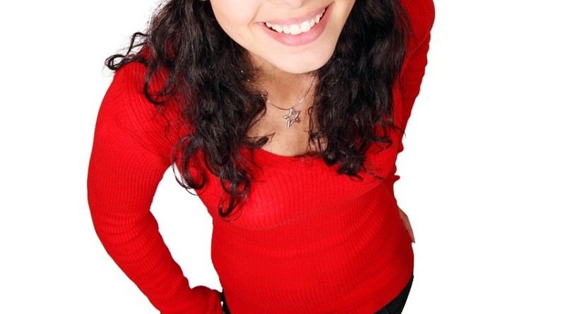 Jeune femme avec un chapeau de Noël